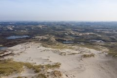 Голландские дюны с морем в задней части на солнечный но туманный день стоковые фото