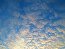 Голубое небо с рассеиванными облаками, стоковая фотография rf