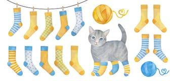 Голубой и желтый уютный носок установил с шаловливым маленьким котенком иллюстрация вектора