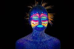 Голубой портрет женщины, чужеземцы спит, ультрафиолетов макияж Красивый на темной предпосылке Анфас портрет стоковое фото