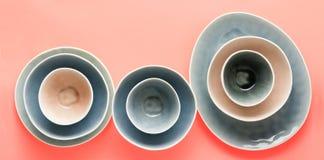 Голубой, серый и бежевый dinnerware стоковое фото