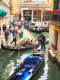 Гондолы бить с рук вдоль бортового канала, Венеции, Италии стоковое фото