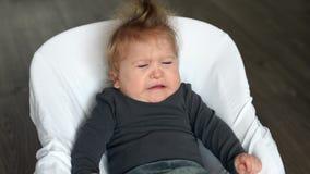 Годовалый ребенок-инвалид расстроен в качании младенца видеоматериал