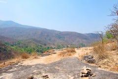 Гора или скала имеют песок и утес с голубым небом на Op национальном парке Luang, горячем, Чиангмае, Таиланде Жаркая погода и зас стоковые изображения