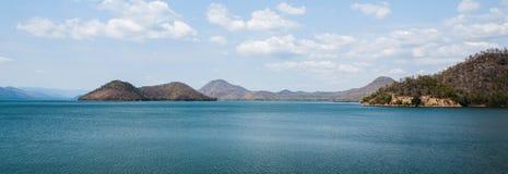 Гора над запрудой в Таиланде осенью стоковое изображение