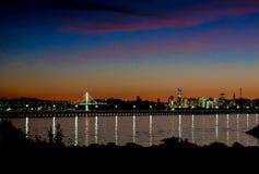 Горизонт Сан-Франциско на наступлении ночи со светами рождества стоковое фото rf