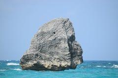 Горная порода в океане в форме Sphynx стоковая фотография