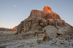 Горные пики в доломитах Альп Красивая природа Италии стоковое фото rf