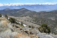 Горный вид сьерра-невады в весеннем времени, Калифорния США стоковые изображения