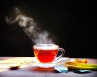 Горячее стекло чая на деревянной предпосылке питье горячее стоковое фото rf