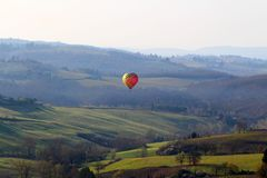 Горячий воздушный шар на восходе солнца стоковые фото