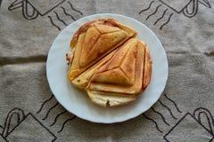 Горячий хрустящий сэндвич Свежий горячий хрустящий очень вкусный тостер на белой плите на завтрак стоковое изображение rf