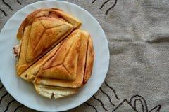 Горячий хрустящий сэндвич Свежий горячий хрустящий очень вкусный тостер на белой плите на завтрак стоковое фото