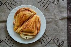 Горячий хрустящий сэндвич Свежий горячий хрустящий очень вкусный тостер на белой плите на завтрак стоковая фотография