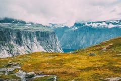 Горы благоустраивают с голубым небом в Норвегии Скандинавия стоковые изображения