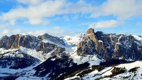 Горы доломитов к Sassolungo стоковые изображения