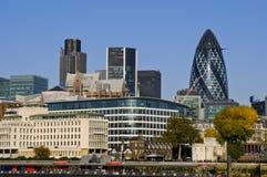 Город горизонта Лондона со швейцарским Re зданием, Великобританией стоковое фото