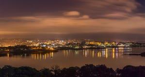 Город панорамное Nightscape Плимута, с взглядом через звук Плимута к маяку башни Smeatons, Девон стоковое фото rf