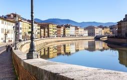 Город Пизы пересек River Arno стоковые изображения