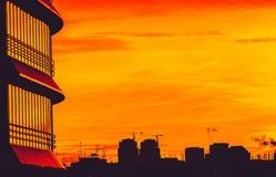 Городские формы и отражения на заходе солнца стоковые изображения rf
