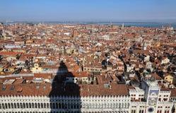 Городской пейзаж Венеции, Италии, от башни с часами Сан Marco стоковые фото