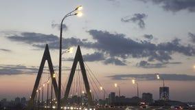 Городской пейзаж ночи моста через реку в Казани одно из мест для идти и туризма сток-видео