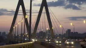 Городской пейзаж ночи моста через реку в Казани одно из мест для идти и туризма видеоматериал