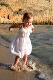 Девочка в белом платье прыгает сча Royalty Free Stock Photography