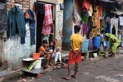 Ежедневная жизнь жильцов трущобы в городе Kolkata стоковое изображение
