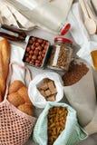 Еда в сумках, стекле и бумаге хлопка eco упаковывая на таблице в кухне от рынка Zero ненужная концепция покупок пластмасса запрет стоковые изображения rf