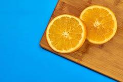Еда для фитнеса, здорового образа жизни, плоско кладет со свежими жирн-горя плодами, кусками апельсина на разделочной доске кухни стоковое изображение