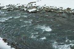 естественная предпосылка с водой, быстрым рекой горы стоковые изображения