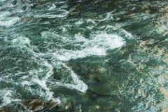 естественная предпосылка с водой, быстрым рекой горы стоковое изображение rf