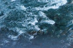 естественная предпосылка с водой, быстрым рекой горы стоковое изображение