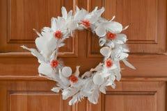 Естественный венок пасхи на двери стоковые фото