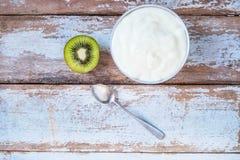 Естественный плод йогурта и кивиа на деревянном столе стоковое изображение