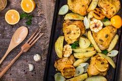 Жареный цыпленок лимона Мейера с картошками стоковое фото rf