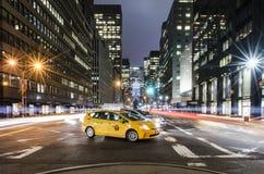 Желтая кабина на бульваре парка в NYC стоковые изображения rf