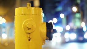 Желтый пожарный гидрант в городе ночи Торонто, Канада видео 4K видеоматериал