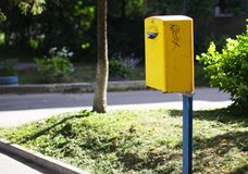 Желтый почтовый ящик на улице СССР стоковое изображение