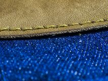 Желтый шов на брюках джинсов стоковая фотография