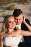 Жених и невеста морем на их день свадьбы стоковая фотография rf