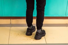 Женские ноги в тапках стоковые изображения rf