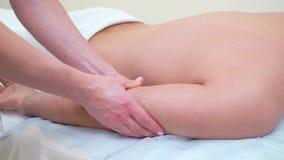 Женские руки массажируя плечо мужского клиента в салоне спа сток-видео