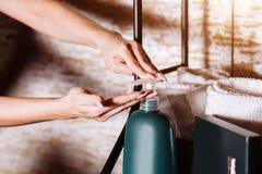 Женский применяясь увлажнитель, лосьон, сливк тела после ванны стоковые фото
