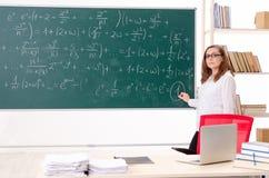 Женский учитель математики в классе стоковое изображение rf