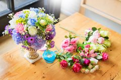 Женский флорист на работе используя аранжировать делая красивый искусственный жилет букета на цветочном магазине, деле, продаже и стоковые изображения