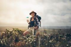 Женский hiker ослабляя во время трека стоковые фотографии rf