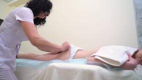 Женский masseur делая анти- массаж целлюлита на батокс молодой женщины сток-видео