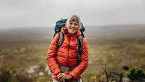 Женское положение hiker на холме стоковые изображения